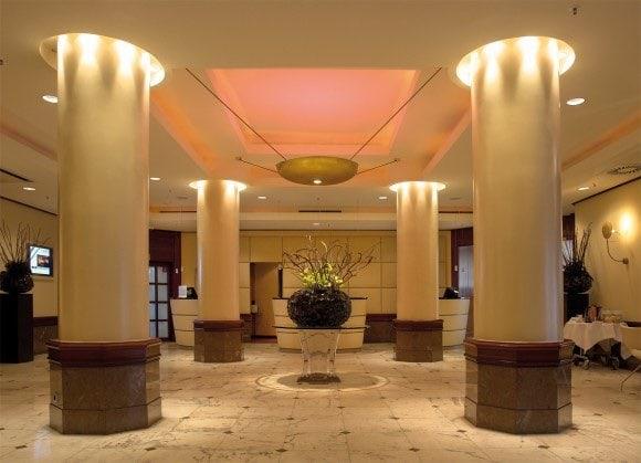 Le Meridien Parkhotel, Frankfurt am Main: Die Lobby mit drei ovalen Rezeptionstresen.