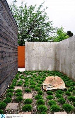 Hinter der Bibliothek ist ein weiterer qualitätvoller Außenraum entstanden, der bewußt an einen japansichen Zengarten erinnert.Bild: BR/Sabine Reeh