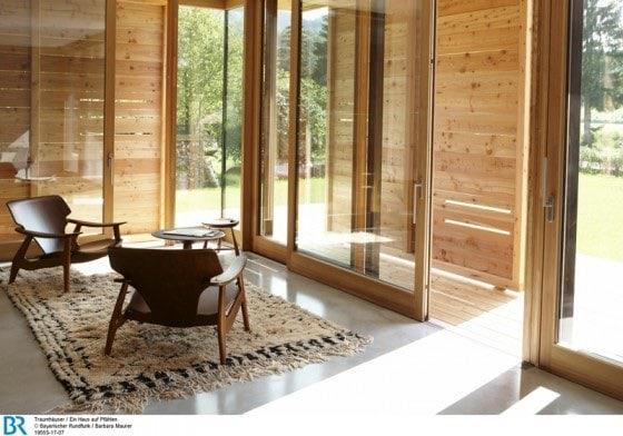 Raumhoch offen und über Eck verglast: der Wohnbereich mit halb geschlossenen Schiebeläden.  Bild: BR/Barbara Maurer.