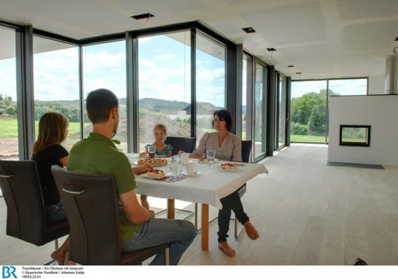 Der Ess- und Wohnbereich ist hell, offen und weitläufig, mit schönem, unverbautem Ausblick in die Landschaft. Bild: BR/Johannes Kottje.